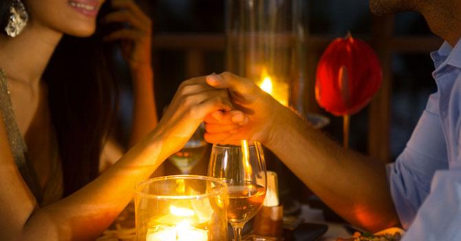 Cena romántica a la luz de las velas es interrumpida porque volvió la luz