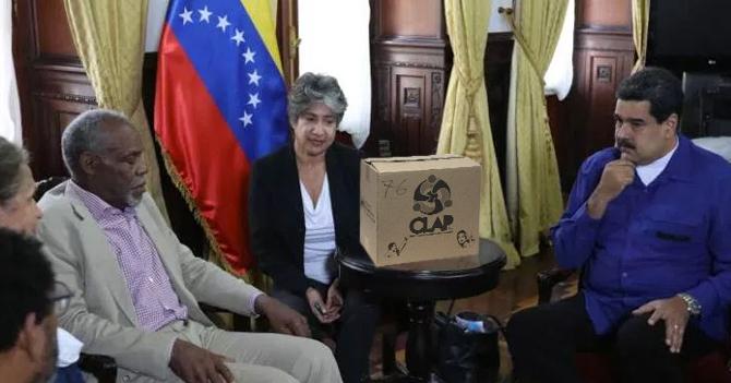Danny Glover se va frustrado de Venezuela luego de solo conseguir una caja CLAP