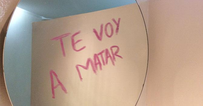Mujer se molesta con asesino porque le gastó la pintura de labios cara escribiéndole mensaje en espejo
