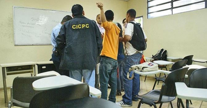 Estudiantes agradecen a malandro por entrar a robar antes de que la profesora dijera notas del parcial en voz alta