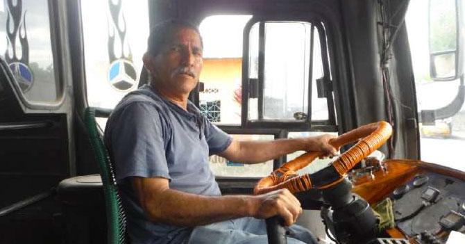 """Señora en autobús que gritó """"Me deja por donde pueda"""" termina cenando en casa del camionetero"""