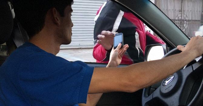 Para evitar chalequeos, fanático del Barcelona baja el vidrio de su carro y le da celular a motorizado