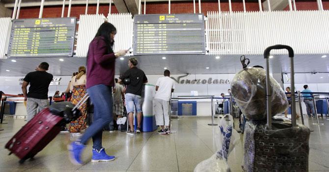 Venezolana publica recomendaciones a los emigrantes mientras espera para abordar el avión en el que se va