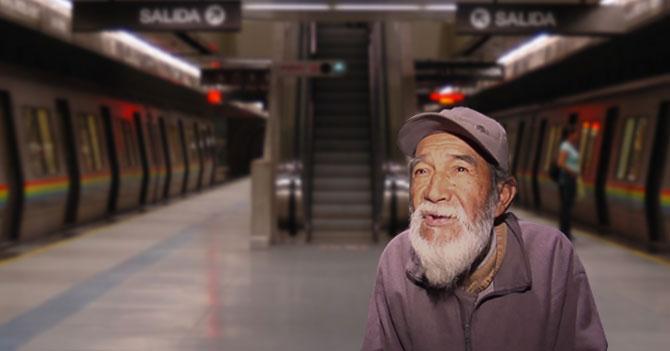 Indigente se queja del olor del Metro