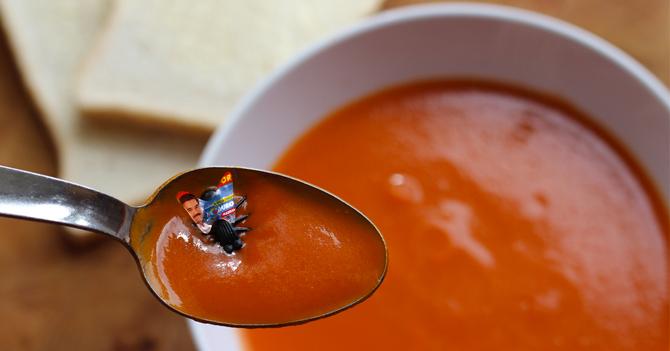 Comensal devuelve comida en restaurante porque había una publicidad de Maduro en la mosca de su sopa