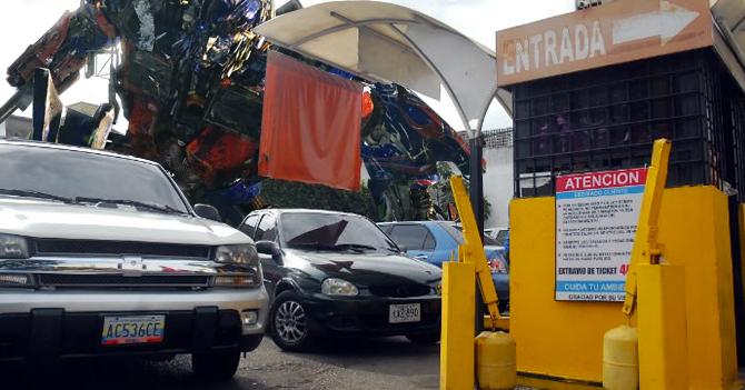 Transformer se queda atrapado en estacionamiento por falta de efectivo