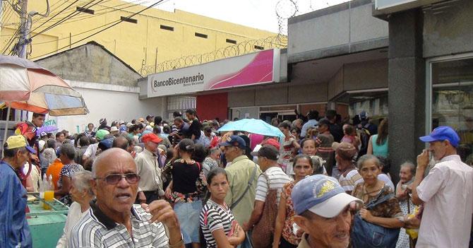 Largas colas de pensionados obligan a Maduro a subir edad mínima de jubilación a 130 años