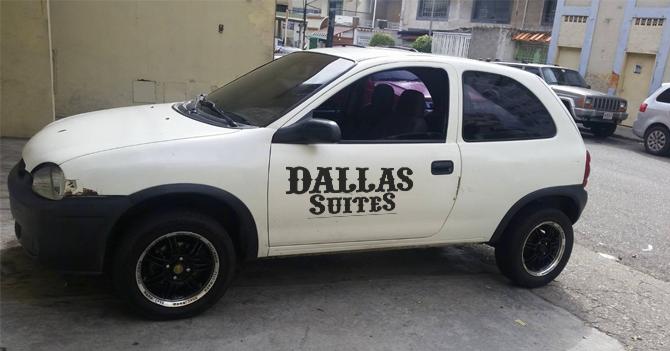 Motel estrena nueva habitación temática de Corsa estacionado