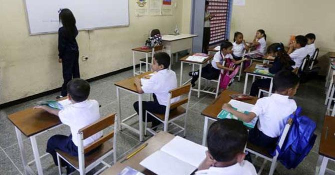 Niña comienza nuevo año escolar como maestra