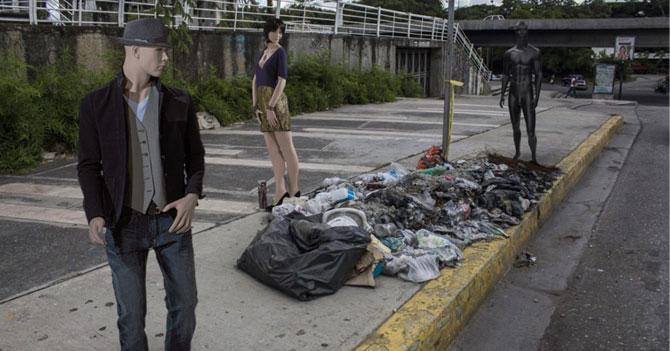 Gobierno pone maniquíes en las calles para ocultar emigración