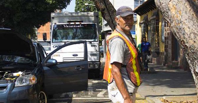 Este parquero te recuerda que aunque no lo veas él siempre está cuidando tu carro