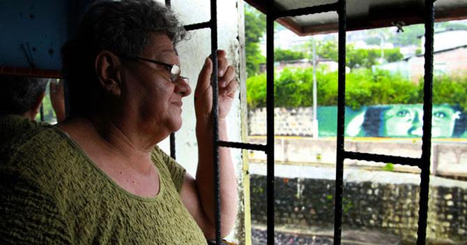 Emigración hace que presidenta de junta de condominio pelee sola
