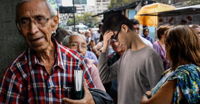 TRÁGICO: Joven en cola queda atrapado en conversación entre personas de la tercera edad