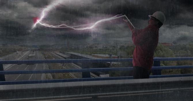Empleados de Corpoelec salen con papagayos durante tormenta para aumentar producción eléctrica