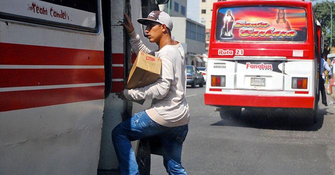 Vendedor en autobús triste porque tiene meses sin recibir los buenos días de una Venezuela activa