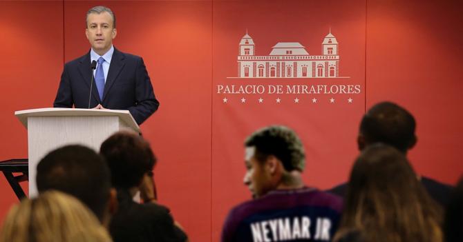 """El Aissami anuncia que ahora el mercado cambiario será en euros mientras se pregunta """"¿Qué carajo hace Neymar en el público?"""""""