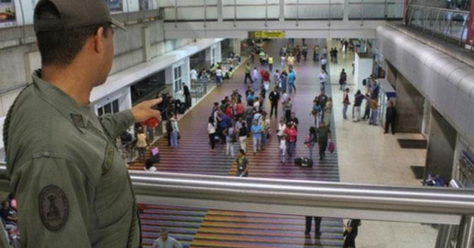 GNB conmovido por despedida de chamo en Maiquetía le cancela su pasaporte para que no se vaya