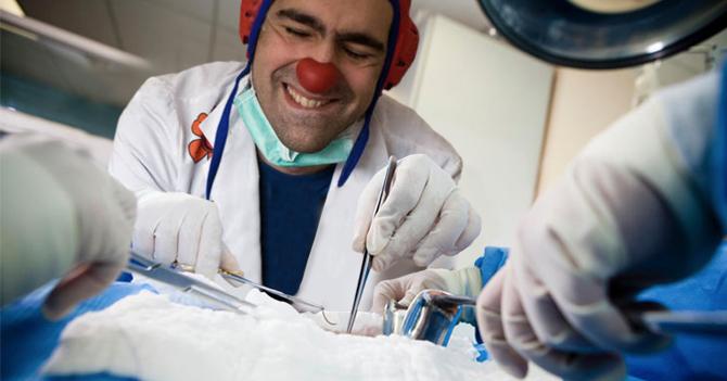 Crisis de salud obliga a Payaso de Hospital a realizar su primera operación