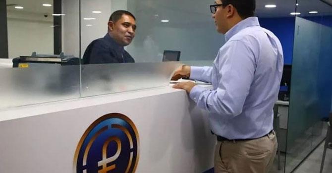 Señor asiste cómodamente a su agencia de Petros más cercana a regalar su dinero
