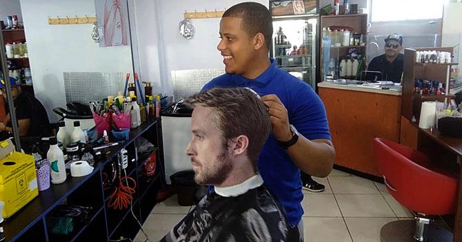 Joven le muestra foto de Ryan Gosling a su peluquero y este lo deja igual al actor