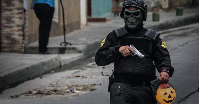 """Agentes del Sebin que tocan puertas diciendo """"Dulce o truco"""" terminan con diabetes tipo 1"""