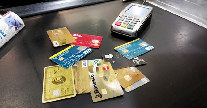 Señora le pregunta a cajera si puede pagar con 23,46 tarjetas de crédito