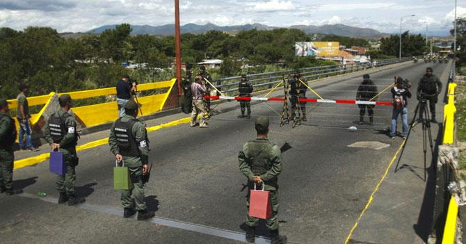 Militares en la frontera dan cotillón a venezolanos que migran