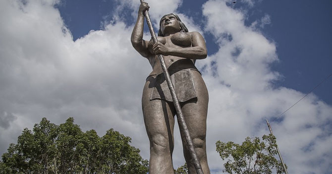 Gobierno erige estatua a última indígena que no han matado por oponerse a la minería ilegal