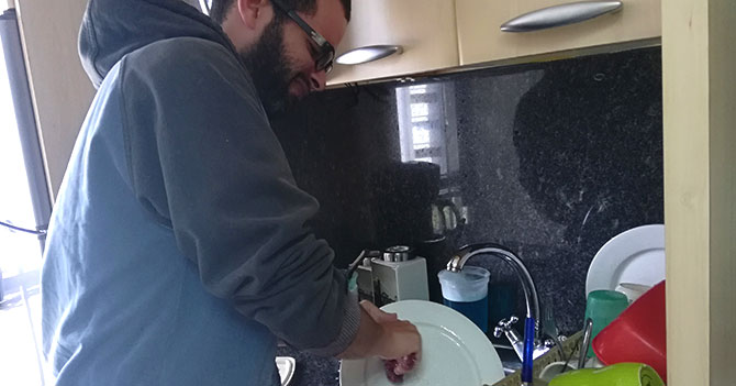Hombre recién divorciado descubre que sí sabía lavar platos
