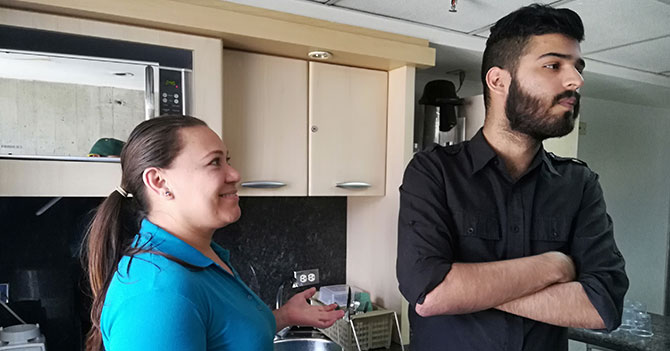 Joven ignora a su familia para pretender que por fin vive solo