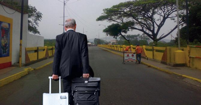 Viejo año aparece con sus maletas preparadas para emigrar por Cúcuta