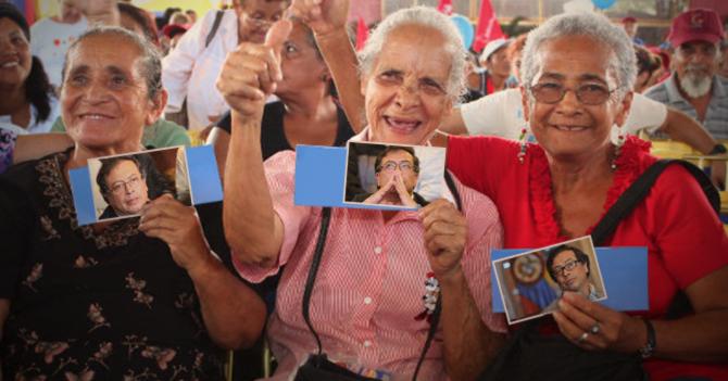 Gobierno paga pensión en fotos de Gustavo Petro
