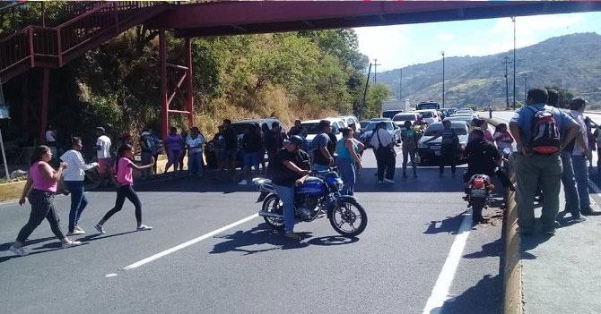 Vecinos trancan autopista Caracas - La Guaira para exigir condimentos para el pernil