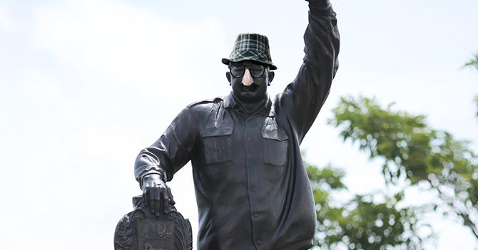 Estatua de Chávez se disfraza para intentar escapar de quema de monumentos
