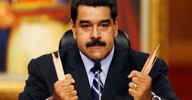 Maduro rompe banquito donde se amarraba los zapatos