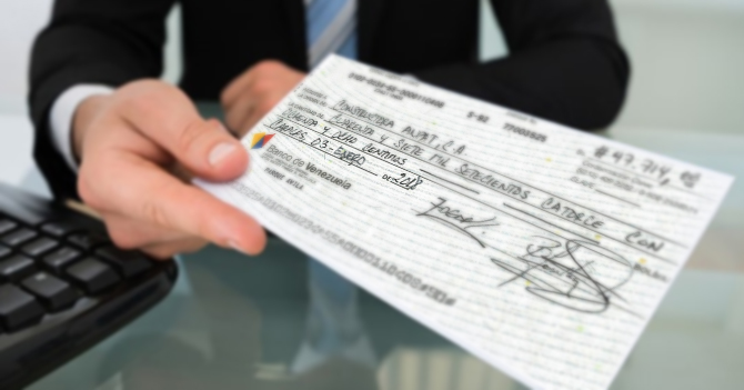"Señor daña cheque escribiéndole ""2018"" a propósito para no pagar"