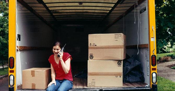 Mujer contrata camión de mudanza para cambiar de cartera