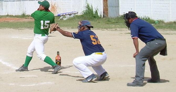 Liga de Softbol exalta al Salón de la Fama a catcher capaz de tomar Ventarrón