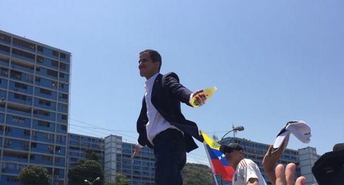 Al regreso de su gira, Guaidó trajo shampoo Johnson Baby a Diosdado para que no llore