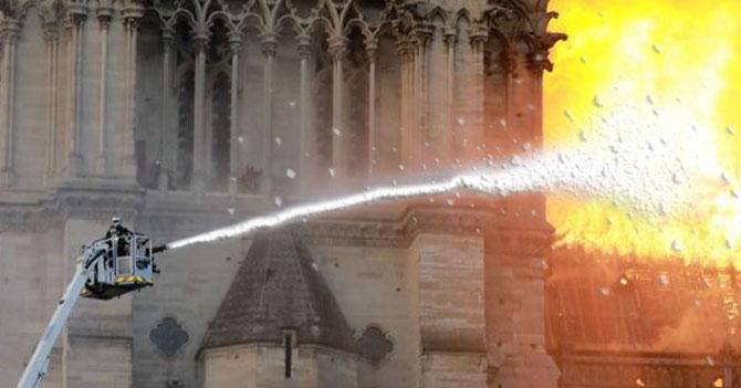 Bomberos en Notre Dame declaran que el uso de creme fraiche como extintor probablemente fue un error