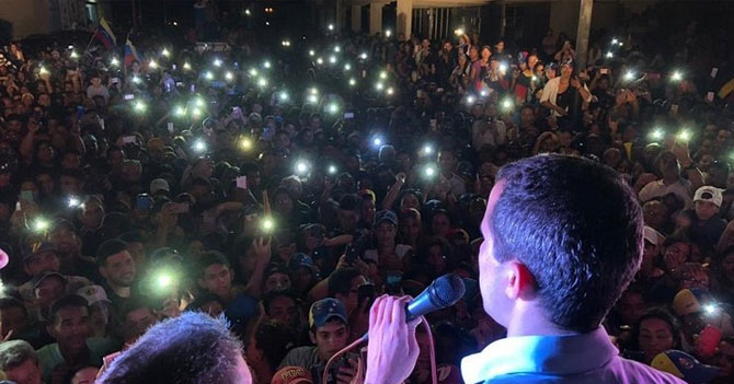 Habitantes de Falcón celebran que presencia de Guaidó les permitió sacar su teléfono en la calle por primera vez