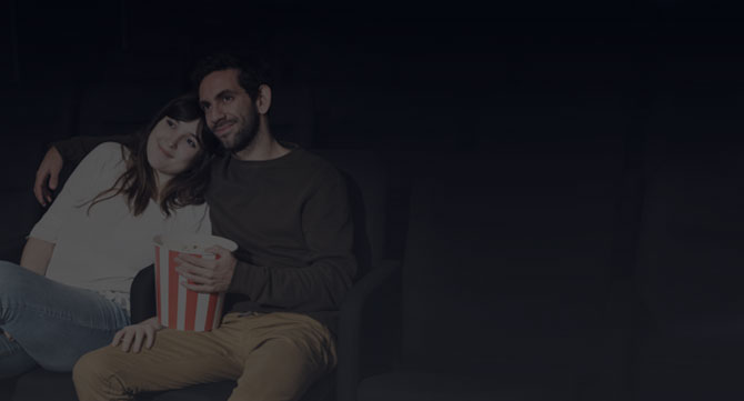 Pareja adolescente en el cine sigue sin darse cuenta de que no hay luz