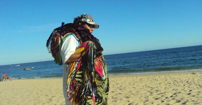 Vendedor de pareos sigue mintiendo sobre los 150 usos de un pañuelo