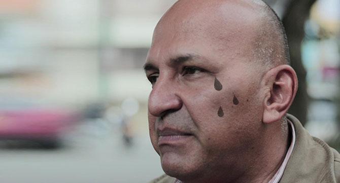 Venezolanos se tatúan lágrima en la cara para ahorrar llanto