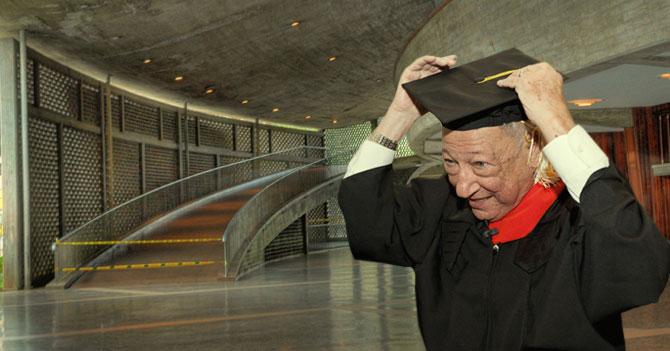 Joven que se quedó en el país para terminar los estudios se gradúa a sus 83 años
