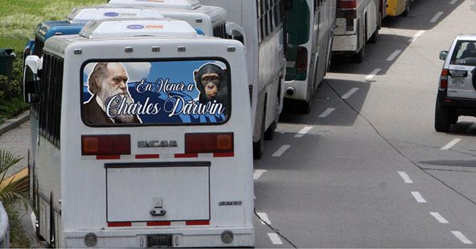 """Camionetero ateo rotula su Encava: """"En Honor a Charles Darwin"""""""
