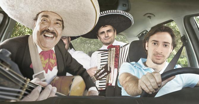 Joven al que le robaron reproductor contrata grupo de mariachis para su carro