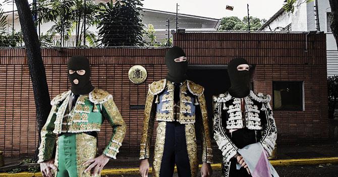 Funcionarios del Sebin se disfrazan de toreros para pasar desapercibidos en la embajada de España