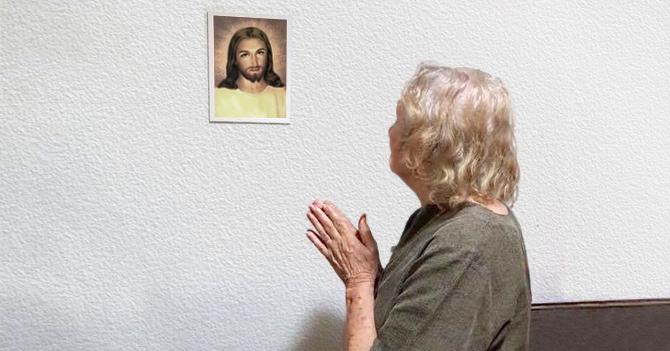 Señora le reza a Jesucristo para que le convierta una botella de vino en agua para bañarse