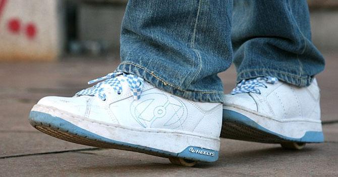 Zapatos con rueditas vuelven a estar de moda por escasez de gasolina